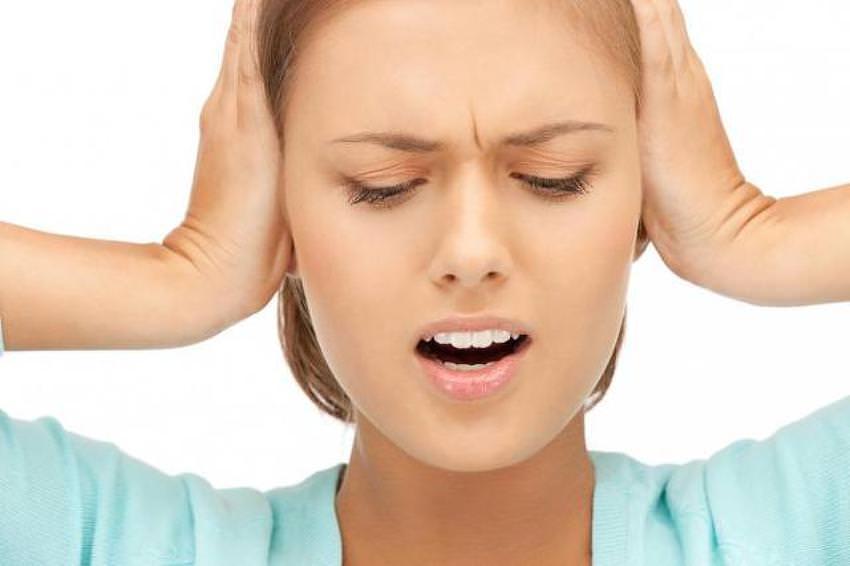 При каких заболеваниях давит на уши изнутри — симптомы, причины, лечение