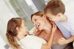 У ребенка текут прозрачные сопли: причины, разновидности насморка, лечение соплей у детей и грудничка
