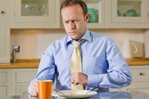 Почему возникает кашель после еды и чем это опасно