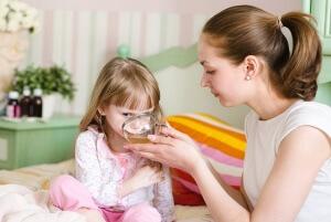 При ночных приступах кашля отлично помогает теплое питье