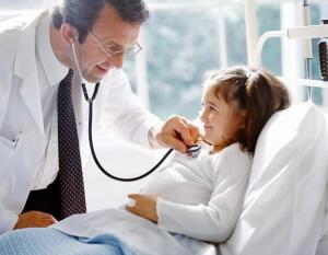Обследование ребенка у врача необходимо для эффективного лечения ночного кашля