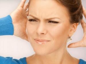 Боль и шум в ушах, головокружение и снижение слуха - признаки ушной пробки