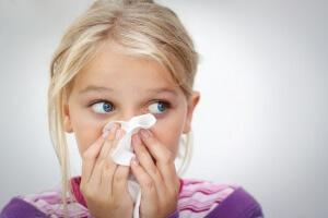 При неправильном лечении насморка у ребенка могут возникнуть осложнения