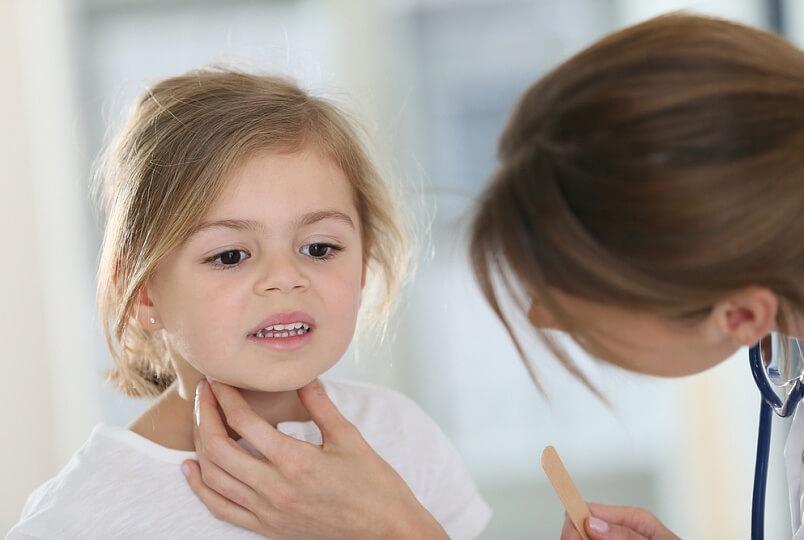 Сиплый голос у ребенка — лечение: медикаментозные препараты и народные рецепты