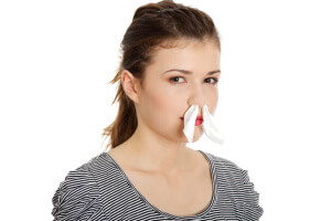 Заложенность носа, ухудшение обоняния и головная боль - признаки полипов в носу