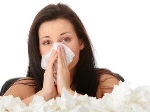 Заложенность носа, чихание, покраснение глаз и слезотечение – основные признаки аллергического насморка