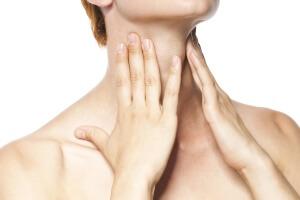 Боль в горле, температура и покраснение миндалин - признаки ангины