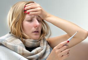 Боль в горле, повышение температуры и покраснение миндалин - признаки ангины