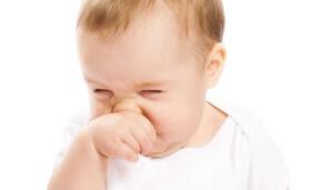 Выделения из носа и чихание - основные признаки насморка у грудничка