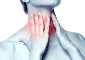 Боль в глотке, повышение температуры и сухой кашель - признаки трахеита