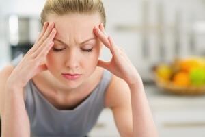 Боль в области лба (особенно при наклоне), температура и общая слабость – признаки фронтита