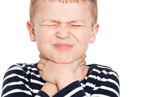 Боль в  горле, температура и покраснение миндалин у детей – признаки ангины