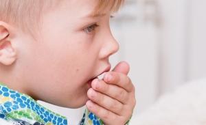 Существует много факторов, которые могут спровоцировать развитие кашля у ребенка