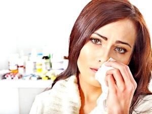Заложенность и слизистые выделения из носа, чувство распивания в переносице, головные боли и температура – признаки гайморита