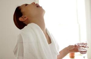 Полоскание горла при беременности – хороший метод лечения заболевания, но для безопасности необходимо проконсультироваться с врачом
