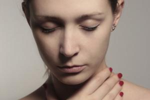 Тонзиллит – это распространенное заболевание горла, признаком которого является воспаление небных миндалин