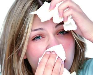 Частое чихание, жидки выделения из носа, покраснение и зуд в глазах – признаки аллергического насморка