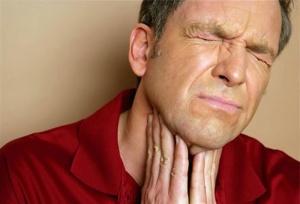 Охриплость голоса, затруднение дыхания, чувство инородного тела в горле и дискомфорт при глотании – возможные признаки кисты горла