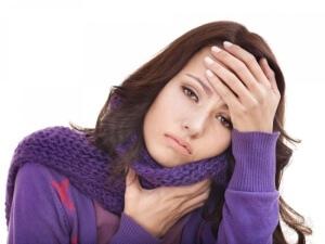 Боль в горле, высокая температура, покраснение и налет на гландах – признаки воспаления (ангины)