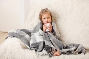 При первых признаках заболевания горла у ребенка необходимо начать лечение, чтобы не вызвать осложнений