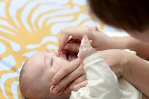 Один их лучших методов лечения насморка у младенца – промывание слизистой носа