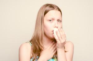 Сухой кашель, щекотание в горле, жидкие выделения из носа и покраснение глаз – признаки аллергического кашля