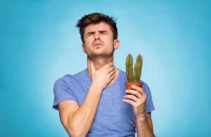 Боль при глотании может возникать в разных ситуациях, это может быть реакция на раздражитель либо признак заболевания