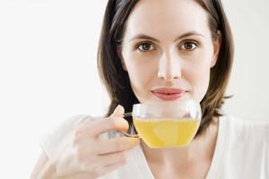 Водка с медом – эффективный народный метод, который применяется при первых признаках простуды