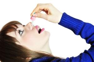 Капли в нос должен назначить врач в зависимости от причины возникновения заложенности и возраста