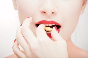 Медикаментозные препараты назначает врач после обследования и выявления причины появления охриплости в голосе
