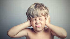 Назначать ушные капли ребенку может только педиатр или ЛОР-врач после обследования