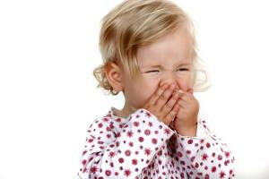 Заложенность носа у ребенка могут вызвать физиологические либо патологические факторы