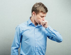 Опасность затяжного кашля в том, что он может спровоцировать развитие более серьезных заболеваний дыхательных путей