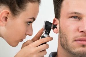 Лечение напрямую зависит от причины возникновения выделений из ушей с неприятным запахом