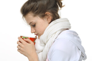 Теплое питье отлично успокаивает приступы сухого кашля