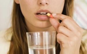 Антибактериальные препараты при ангине назначаются врачом в зависимости от возраста и симптомов недуга