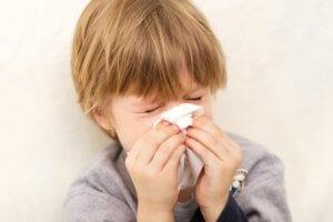 Заложенность и выделения из носа, чихание, усталость и слабость – признаки насморка