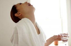 Полоскание горла – это эффективный метод лечения заболевания носоглотки