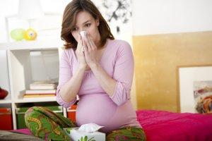 При беременности нужно с осторожность принимать любые лекарства, в том числе и противоаллергические