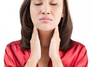Мокрота в горле без кашля указывает на развитие недуга, чтобы найти причину нужно пройти обследование у врача