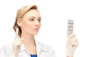 Лекарства назначаются в зависимости от причины воспаления миндалин