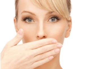 Плохой запах изо рта – один из признаков наличия гнойных пробок в гландах