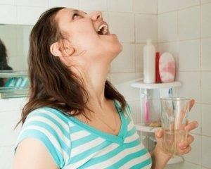 Полоскание горла считается одним из самых безопасных методов лечения боли в горле при беременности