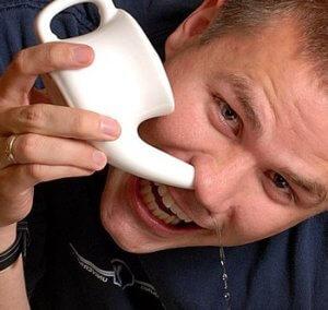 Промывание носа поможет избавиться от заложенности, увлажнит слизистую и снимет отек
