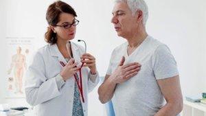 Лечением сердечного кашля занимается врач-кардиолог
