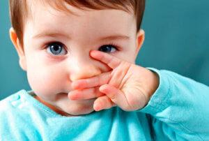 Заложенность носа у грудничка может быть вызвана физиологическими либо патологическими причинами