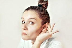 Заложенность ушей могут вызвать как физиологические, так и патологические факторы