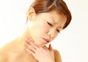 Дискомфорт при глотании может быть вызван разными причинами
