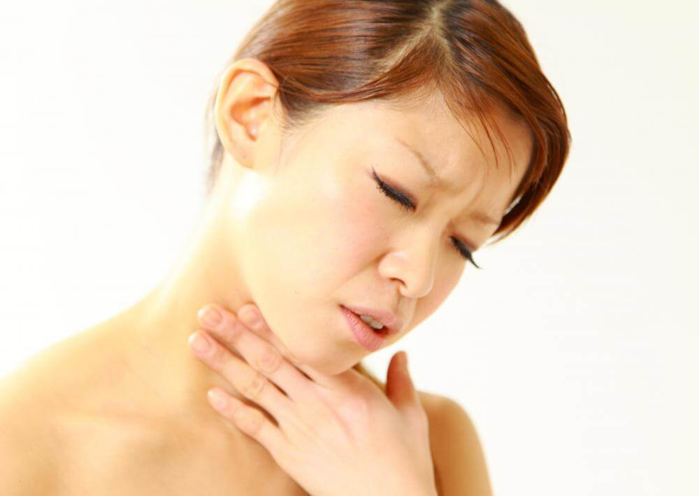 Что мешает в горле при глотании и как избавиться от этого ощущения?