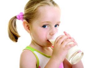 Теплое молоко поможет быстро снять приступ кашля у ребенка